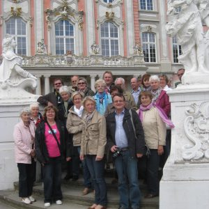 Gruppe in Trier an der Konstantinbasilika und Kurfürstliches Palais