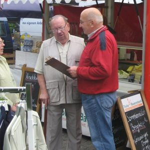 Befragung der Senioren auf dem Wochenmarkt.