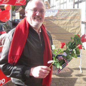 Landtagskandidat Ernst-Wilhelm Rahe verteilte rote Rosen in der Rahdener Innenstadt.