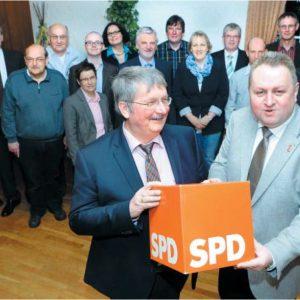 Packen für die SPD an: Friedrich Schepsmeier (vorn; l.) und Torsten Kuhlmann setzen auf einen engagierten Wahlkampf und einen Zugewinn bei den Ratsmandaten. Die Bewerber für die Direktmandate wurden gewählt und denen gratulierte auch Ralf Niermann