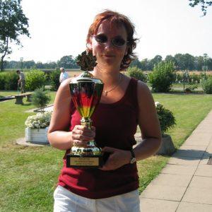 Die Siegerin Melanie Lange mit dem Siegerpokal