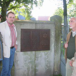 Rolf Bahle und Torsten Kuhlmann vor der Gedenktafel