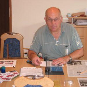 Reinhard Stuck bereitet Ausstellungsobjekte vor