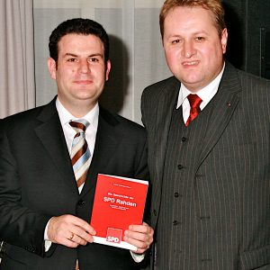 Das Buch wird vom Generalsekretär präsentiert.