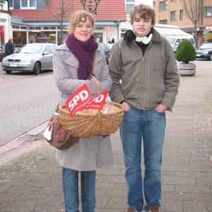 Jusos Marie Marten und Martin Vocks verteilen Weihnachtstüten