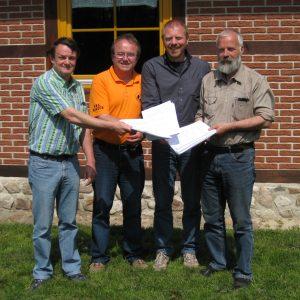Partner überreichen 208 Unterschriften an Dieter Gronert; von links: Horst-Wilhelm Bruhn, Jürgen Steinkamp, Dieter Gronert und Winrich Dodenhöft