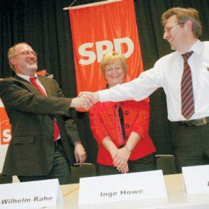 Hand in Hand: Die Minden-Lübbecker haben die heiße Phase des Wahlkampfes eröffnet. Für den Bundestag kandidiert Achim Post (r.). Er schüttelt Ernst-Wilhelm Rahe die Hand, der Nachfolger von Karl-Heinz Haseloh (l.) im NRW Landtag werden soll.