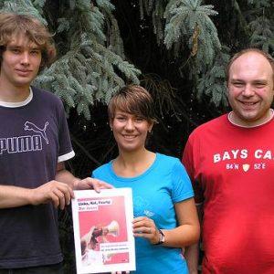 Micha Heitkamp, Victoria Tiemeier und Jens Hübsch mit dem Juso-Wahlprogramm