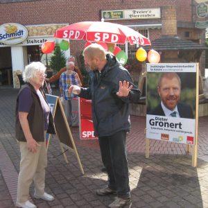Dieter Gronert im Gespräch mit einer Bürgerin.