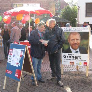 Der Weher SPD Kandidat Horst-Wilhelm Bruhn mit Dieter Gronert.