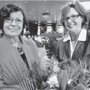 Mit Blumen: Ute Schäfer, Vorsitzende der OWL-SPD (r.), verabschiedet die langjährige Europaabgeordnete Mechtild Rothe. FOTO: A. FRÜCHT