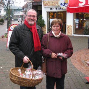 Landtagskandidat Ernst-Wilhelm rahe verteilt Weihnachtstüten in der Rahdener Innenstadt