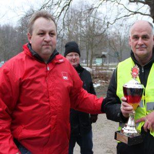 SPD Stadtverbandsvorsitzender Torsten Kuhlmann überreicht an Andreas Striugan den Siegerpokal. Im Hintergrund ist 3 platzierte Lübbecker Michael Wolski zu sehen.
