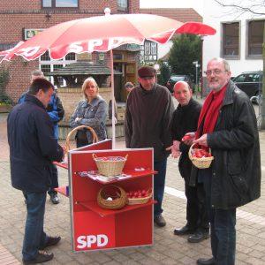 Ernst-Wilhelm Rahe verteilt rote Ostereier in Rahden.