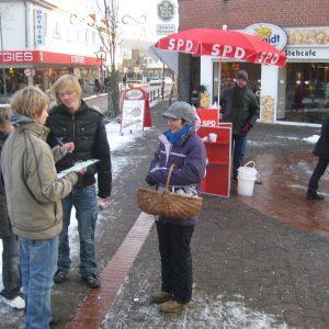 Jugendliche am Winterinfostand der Rahdener SPD.