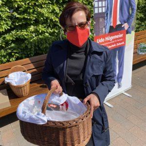 Die Fraktionsvorsitzende Dorothee Brandt verteilt Mund- und Nasenschutzmasken, die von SPD-Frauen genäht wurden.