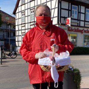 Der SPD-Stadtverbandsvorsitzende Torsten Kuhlmann verteilt Mund- und Nasenschutzmasken in der Innenstadt.