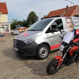 Auch der Bürgermeister- sowie der Landratskandidat sind mit Elektromotoren unterwegs.