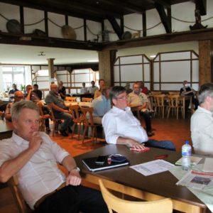 Einige Besucher des Energietages hören sich den Vortrag von Prof. Dr. Uwe Leprich an.