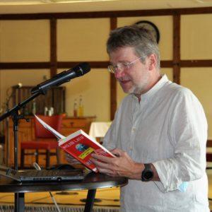Rainer Rohrbeck vom KlimaBündnis im Mühlenkreis moderiert die Veranstaltung.