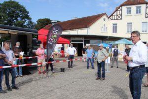 Der Klima- und Energieexperte Udo Högemeier begrüßt die Besucher des Energietages am Museumshof in Rahden. Als Veranstalter hat die SPD mehrere Aussteller und Referenten für die Energie-Infoveranstaltung gewinnen können.