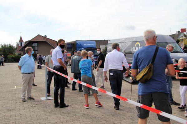 Die Besucher des Energietags informieren sich bei den verschiedenen Ausstellern.